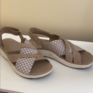 Size 7 Earth Spirit tan sandals.